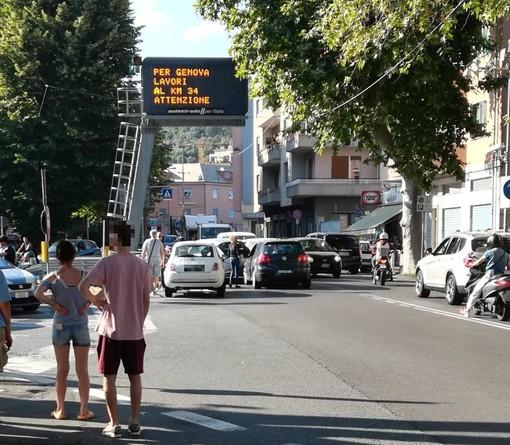Albisola, uomo arrestato all'uscita dell'autostrada: i poliziotti sparano sei colpi in aria (FOTO)