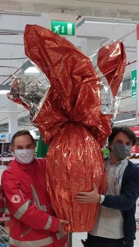 La Croce Rossa di Toirano dona uovo da 9 kg al Pronto Soccorso del Santa Corona (FOTO e VIDEO)