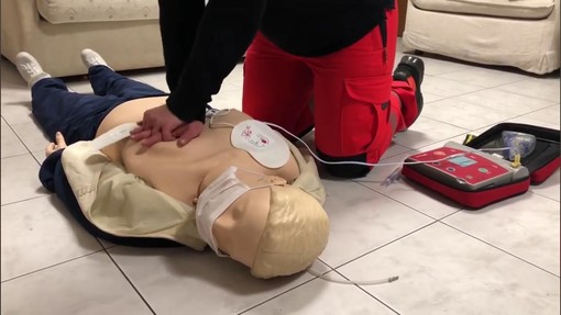Come usare correttamente il defibrillatore: il tutorial della Croce Bianca di Cairo (VIDEO)