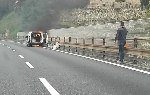 Veicolo in fiamme in autostrada nei pressi di Finale Ligure