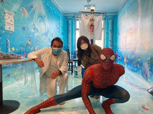 Mattia Villardita, alias Spiderman in corsia, con la giornalista Minako Sasako e il primario di Pediatria del San Paolo, Alberto Gaiero