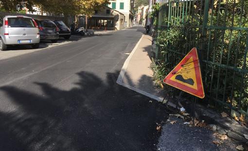 Varazze, i cittadini lamentano la mancata segnaletica per il dosso in via Piave