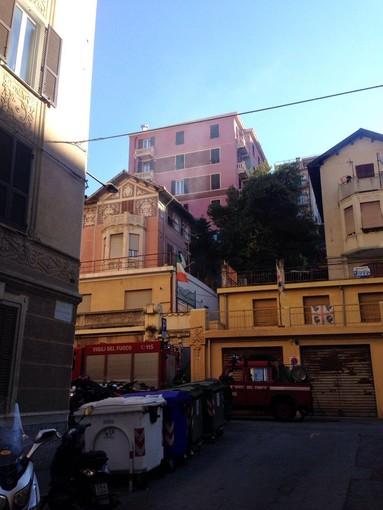Savona: tetto a fuoco in via Oxilia