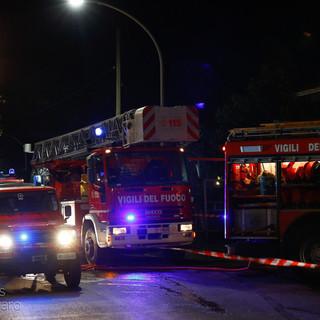 Varazze, danno fuoco a due palme che danneggiano tre auto: intervento dei vigili del fuoco