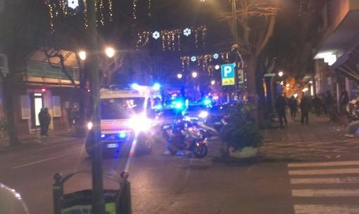 Paura ad Albenga, discussione tra marocchini degenera in accoltellamento: un ferito in viale Pontelungo, è caccia all'aggressore
