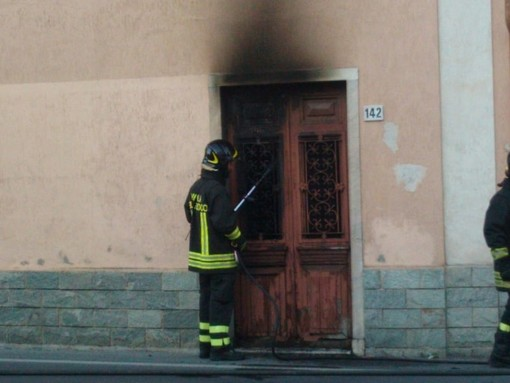 Albenga: incendio di un appartamento a Pontelungo, fiamme originate da un cortocircuito  (FOTO e VIDEO)