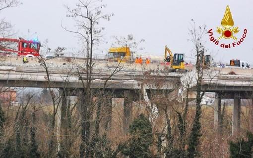 Crolla impalcatura di un cantiere, due operai precipitano da un viadotto sull'A6 a Mondovì: sono gravi