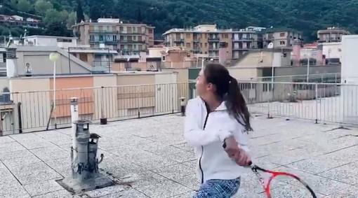Il Tennis Club Finale fa il giro del mondo: spopola il video sui tetti di Vittoria Oliveri e Carola Pessina