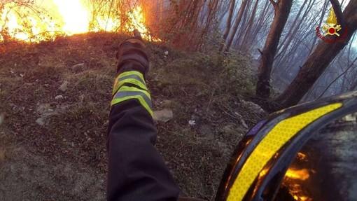 Dego, brucia quad e il fuoco si estende alla vegetazione
