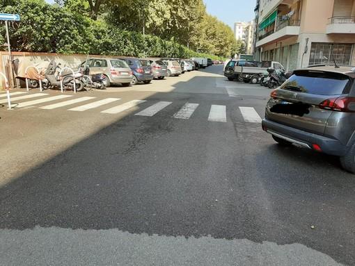 Striscia di sangue in via Cosseria: clochard aggredito per 20 euro nella notte a Savona