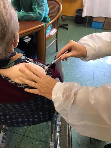 Borghetto, terza dose vaccino agli ospiti e operatori della Rsa Humanitas: vaccinata la centenaria nonna Emma