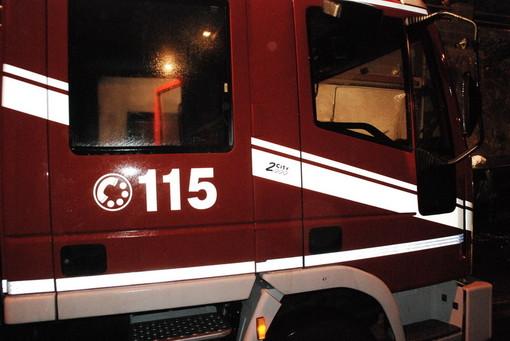 Dego, incendio in un ricovero attrezzi: i vigili del fuoco domano le fiamme