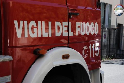 Mini escavatore prende fuoco a Varazze: intervento dei vigili del fuoco