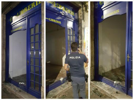Sfondano la vetrata di un negozio nel centro di Alassio: gruppo di ragazzini denunciato per danneggiamento aggravato