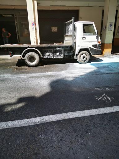 Albenga: furgone a fuoco in via fratelli Grana, intervento dei vigili del fuoco