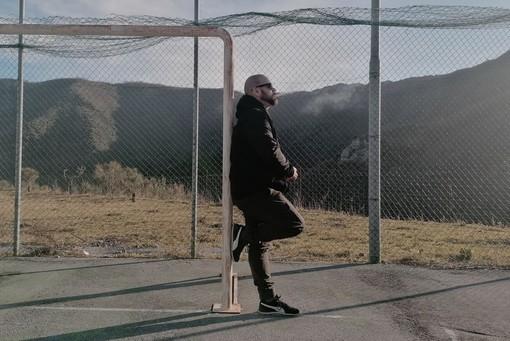 """Pezzi, il nuovo singolo del cantautore varazzino Zibba: """"Un grido in mezzo ad una strada deserta"""""""